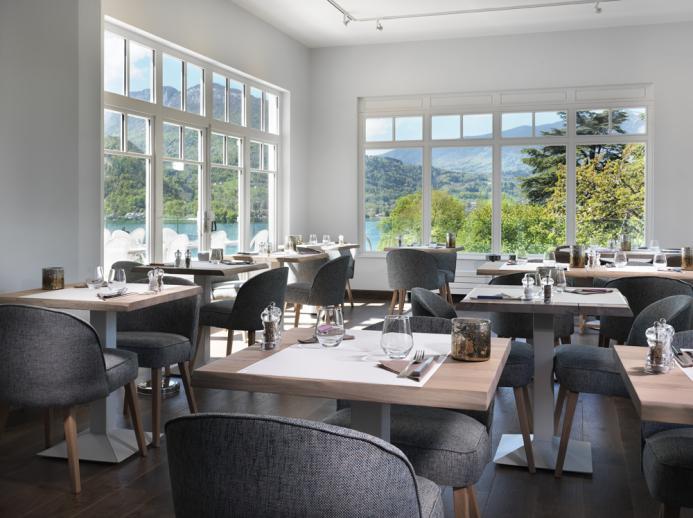 Salle de restaurant vue lac